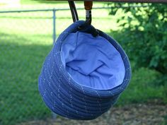 chalk bag from recycled climbing rope Climbing Rope, Rope Crafts, Athletic Wear, Activity Ideas, Craft Ideas, Recycling, Crafty, Clever, Diy
