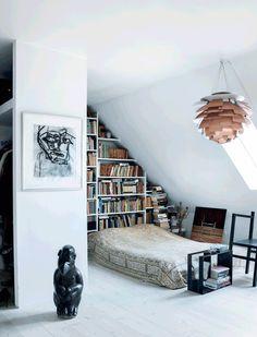 For avantgardekunstner Evalajka og hendes mand var renoveringen af deres toplans loftslejlighed på Christianshavn som at udfylde et blankt lærred med kunst. Vægge, gulve og lofter blev renoveret, og de fik skabt et åbent og lyst hjem, hvor den eneste dør er den ud til badeværelset. Evalajka lever og ånder for kunst og krydrer det store lyse rum med egne værker samt kunst og arvestykker fra de pakistanske rødder.