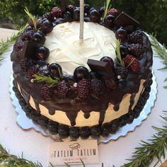 Çünkü emek verilerek yapılan her güzel şey, mutlaka sana karşılığıyla geri döner... 🙏 👉Evet çok uğraştık ama sonunda değdi diye düşünüyoruz. 😁 Siz ne düşünüyorsunuz? 👉Sanırız, kendimizi pastalar konusunda gün ve gün geliştiriyoruz. 🎂 👉Koskocaman böğürtlenler, simsiyah üzümler ve enfes çikolata sosu... 🍇🍫 Birleşimi ise, efsanelerce ❤️ 👉Sizde sevdiklerinize böyle pastalar yapmak isterseniz, birbirinden farklı ve lezzetli tarifimiz için: 👉tatlim-tatlim.com'da 👣 Cake, Desserts, Food, Tailgate Desserts, Deserts, Kuchen, Essen, Postres, Meals