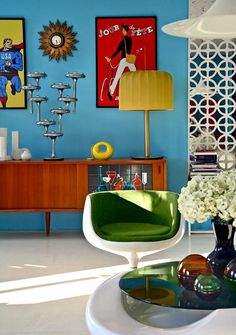 Photo Gallery of Midcentury Modern Living Room. Find ideas and inspiration for Midcentury Modern Living Room to add to your own home. Estilo Retro, Mid-century Interior, Decor Interior Design, Color Interior, Colorful Interior Design, Classic Interior, Interior Modern, Minimalist Interior, Scandinavian Interior
