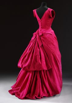 Evening dress Cristóbal Balenciaga 1953-1954 Silk taffeta, boned and padded, metal, machine-sewn and hand-finished, wire, lined with chiffon Museum no. T.427-1967