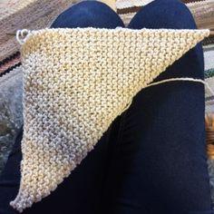 Testa om du har en kvadrat genom att vika upp det nedrehögra  hörnet mot det övre vänstra hörnet. Throw Pillows, Blanket, Crochet, Threading, Toss Pillows, Cushions, Decorative Pillows, Ganchillo, Blankets