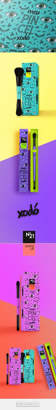 Perfectly done branding, packaging, and styling. Meu Pincel Xodó • N°21 make up brushes by Carmelita Design, Lucianne Loureiro Weigert