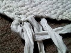 """DIY No Sew Braided Rug using old sheets or t-shirts! NO SEW! The strips are woven right into the next """"ring"""". When a strip runs out, it is  joined to the next one seamlessly with a cool little trick. LOVE IT!!!"""