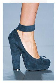 Los 20 zapatos que debes tener: Christian Dior. Los tacones de apariencia tosca y de tacón grueso han marcado tendencia en los últimos meses.