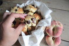 De Engelsen hebben scones, maar wij maken lekker de kwarkbollen met perzik en blauwe bessen à laJenny vanHealthyfans. Eet ze bijhet ontbijt, als snack of als toetje. Hoe en waar je zeook...