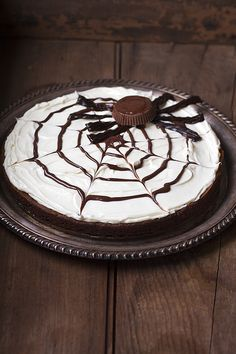 brownie spider web pizza for a fun and easy Halloween treat Halloween Cakes, Easy Halloween, Halloween Treats, Halloween Dishes, Halloween Foods, Halloween Stuff, Holidays Halloween, Halloween Pumpkins, Yummy Treats