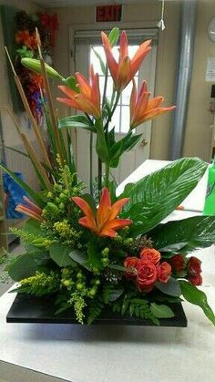 Pin by joy chen on Ceramic & ikebana Altar Flowers, Church Flower Arrangements, Creative Flower Arrangements, Church Flowers, Beautiful Flower Arrangements, Funeral Flowers, Beautiful Flowers, Flowers Garden, Tropical Flowers