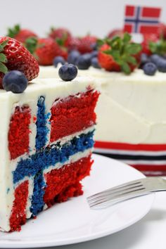 Delicious cake (flag cake) perfect for celebration of the Norwegian National day - flagg kake perfekt til 17 mai Food Cakes, Cupcake Cakes, Cupcakes, Cake Recipes, Dessert Recipes, Desserts, Norway Food, Norwegian Flag, Flag Cake