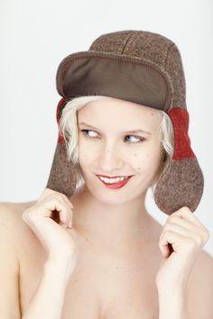 """FLIEGERMÜTZE """"SCHAPKA"""" Nie mehr kalte Ohren! Unsere Fliegermütze für Damen und Herren wird aus dem Material der Schweizer Armeedecken produziert. Das Innenfutter ist aus feinster Baumwolle das Futter aus Wolle."""