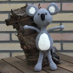 I really do love koala's, so my new creation had to be one. Koala's do love to cuddle, just like me. And they look so cute! With the tools in the pattern you can decide for yourself if you prefer the ears to have applications or not. So you can put all of your own imagination in the pattern as well. Ayala is about 23 cm tall.