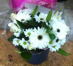 Precioso ramo de gerberas, margaritas, liliums y rosas blancas. #regalaflores