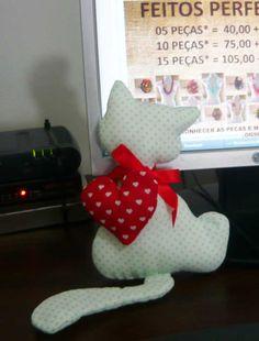 Para essa primeira postagem,vou ensinar a fazer essa almofada de gatinho que fica super fofa:    Materiais:  -tecido para o gato;  -tecido p...