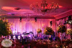 Schöne Dekoideen für extravagante Hochzeitsdekoration - klassische einrichtung lila rosa gemischt farben gardinen piano musik wedding table decoration