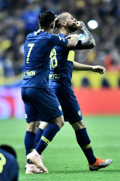 BUENOS AIRES, ARGENTINA - OCTOBER 24: Dario Benedetto of Boca Juniors celebrates with teammate Cristian Pavon after scoring the second goal of his team during the Semi Final first-leg match between Boca Juniors and Palmeiras as part of Copa CONMEBOL Libertadores 2018 at Estadio Alberto J. Armando on October 24, 2018 in Buenos Aires, Argentina. (Photo by Amilcar Orfali/Getty Images)
