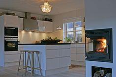 hvid køkken med lille ø