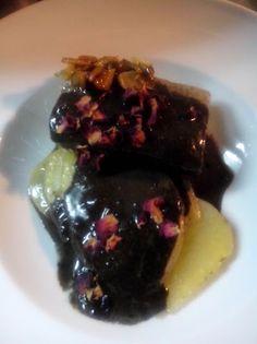 bacalao con salsa de ajo negro y rosas