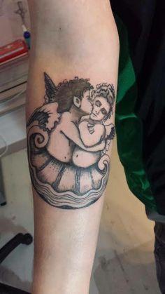 Tatouage Titanic. Samuel est fan du film Titanic, il possède beaucoup de documents sur le sujet. Il souhaitait avoir un tatouage d'anges composé avec une reproduction d'une boiserie décorative du grand escalier. Les deux anges devaient être intégré dans une coquille saint jacques. Tatouage réalisé par Sylvaine du studio Syltattoo. Voir le projet complet : http://www.pinterest.com/syltattoobrest/~~-projet-titanic-~~/