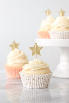 Vanilla-almond cupcakes with star decoration - treats and .-Vanille-Mandel-Cupcakes mit Sterndekoration – Leckereien und Trends Vanilla-almond cupcakes with star decoration – treats and trends, - Almond Cupcakes, Star Cupcakes, Cupcake Cakes, Oreo Cupcakes, Sweet 16 Cupcakes, Gold Cupcakes, Birthday Cupcakes, Geek Birthday, Birthday Star