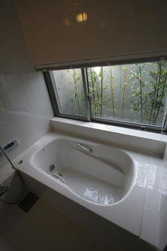 浴室にはバスコートを設け植栽を配置することで入浴中も緑が感じられます。 専門家:大場 浩一郎が手掛けた、浴室 (撮影:岡本公二)(城島の家)の詳細ページ。新築戸建、リフォーム、リノベーションの事例多数、SUVACO(スバコ)