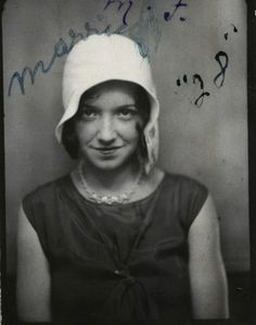 vintage photo booth pic of young woman in a flapper hat. Vintage Pictures, Old Pictures, Old Photos, Vintage Images, 1920s Photos, Vintage Photographs, Vintage Magazine, Vintage Photo Booths, Collage