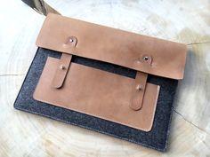 """- *Notebooktasche 13"""" aus Wollfilz und Leder*   Sie wurde mit 3 mm Designerfilz und naturgegerbtem Leder genäht.   Im vorderen Bereich befinden sich ein Fach für Handy, Mp3Player, Kopfhörer,..."""