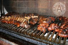 The Argentine asado is so much more than a basic barbecue. Here is our detailed, step-by-step guide to this authentic way of grilling meat over an open fire. Churros, Steaks, Asado Grill, Meat Recipes, Cooking Recipes, Smoker Recipes, Argentina Food, Argentina Recipes, Gastronomia