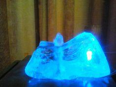 """Een verlichte """"glassteen"""" als water element"""