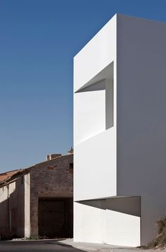 Minimalist House // white geometric facade detail of the House on Mountainside / Fran Silvestre Arquitectos Minimal House Design, Minimal Home, Architecture Résidentielle, Minimalist Architecture, Photo D'architecture, Casa Petra, Castle Pictures, House On The Rock, Beautiful Homes