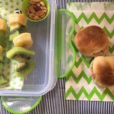 #NaLancheiraDoArthur tem 💚espetinho de banana e kiwi 💚 amendoim sem casca 💚 pão de batata com presunto 💚suco de uva —