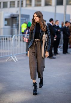 Culottes pants with ankle boots Culottes Street Style, Coulottes, Casual Outfits, Fashion Outfits, Fashion Trends, Combat Boot Outfits, Culottes Outfit, Formal Pants, Advanced Style