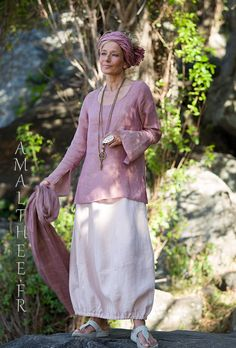Our linen gauze top Ana�s with flared/slit sleeves (side slit on the hips) match perfectly with our pale rose linen skirt Zo�,