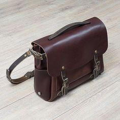 Coloris Tourbe, un #brun avec une pointe de #bordeaux. #eclair #bag #leather #leatherbag #bleudechauffe #madeinfrance #craftmanship #trend #luxury #menstyle #instalove #instafashion