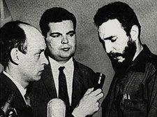 René Lévesque interviewant Fidel Castro, lors de son passage à Montréal, en 1959.