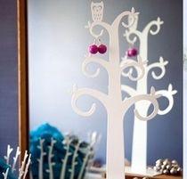 Koruteline pöllö! Tyylikäs sisustustuote kotiin, valkoisena tai mustana. Wall Lights, Ceiling Lights, Candle Sconces, Chandelier, Candles, Mirror, Lighting, Home Decor, Appliques