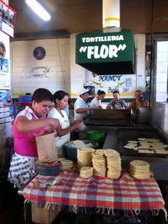 El Salvador - Tortilleria Flor en Mercado San MIguelito 2012 - grandes 10 ctvs y pequeñas 5 ctvs / suchitoto.tours @gmail.com