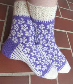 mellom maskene... » sokker Knitted Mittens Pattern, Fair Isle Knitting Patterns, Knit Mittens, Knitting Socks, Hand Knitting, Knit Socks, Cozy Socks, Designer Socks, Sock Shoes
