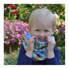Uśmiechnięte dziecko we wspaniałej apaszce. na wietrzne dni, oraz na chłodne wieczory i noce dobrze się spisze.