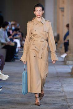 Vogue Fashion, Runway Fashion, Fashion News, Fashion Show, Vogue Paris, Trench Beige, Max Mara Coat, Latest Fashion Clothes, Fashion Outfits