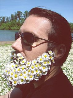 New Hipster trend of men decorating their beards with flowers... what do you think about it? pic.twitter.com/CFnRfotvIr