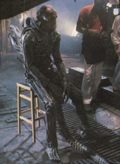 Veteran stuntman Eddie Powell played the Alien in two key scenes: his abductions of both Brett and Dallas. Ridley Scott Movies, Alien Suit, Por Tras Das Cameras, Giger Alien, Geek Movies, Alien 1979, Alien Queen, Aliens Movie, Horror Monsters