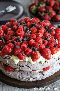 Dobbel sjokoladepavlova med vaniljekrem og røde bær | Det søte liv Raspberry, Strawberry, Pavlova, Baking Recipes, Chocolate, Fruit, Desserts, Cakes, Cooking Recipes