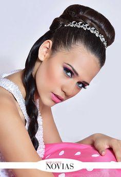 Ser el centro de atención  Bellas y radiantes en sus quince años Si eres de las quinceañeras que tiene una melena muy larga y la quieres lucir en tu fiesta, sin renunciar al elegante recogido, Nicol Campos luce un moño elaborado con un donut en la coronilla, rodeada por una trenza que cae sobre su hombro derecho y un hermoso tocado de Rosa y Gris que complementa el moño. #RevistaMaryLizzieNovias #15ML  #ProfesinalesEnBelleza