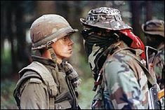 In 1990 in Oka, Quebec; an armed land dispute between Mohawk natives and the Canadian government developed into the Oka Crisis. This is one of the most famous photos; of a standoff between the two sides. Canadian Soldiers, Canadian Army, Canadian History, Justin Trudeau, Mohawk People, Mohawk Warrior, University Of Saskatchewan, Foto Picture, Grand Chef