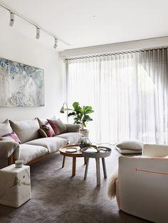 salón de aire escandinavo sofá gris tela y madera natural