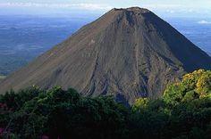 Volcán de IZALCO, también conocido como el FARO DEL PACÍFICO.  Foto descargada del Fan Page en Facebook: EL SALVADOR DE AYER Y HOY (https://www.facebook.com/pages/EL-SALVADOR-DE-AYER-Y-HOY/197737380255887?sk=wall)