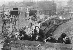 """historicaltimes: """"Irish Citizen Army fighters on a Dublin rooftop during the Easter Rising of 1916 """" régen a húsvét is jobb volt Ireland 1916, Dublin Ireland, Irish Independence, Easter Rising, Protest Art, Michael Collins, Irish Blessing, Military Diorama, Historical Pictures"""