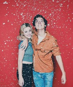 Lili Reinhart and Cole Sprouse Riverdale Bughead Riverdale, Riverdale Funny, Riverdale Memes, Riverdale Fashion, Betty Cooper, Sprouse Bros, Films Netflix, Netflix Cast, Zack Y Cody