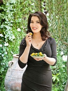 Nigella Lawson knows how to do summer food like no-one else. This wonderful, laid-back Med-inspired Sunday Lunch menu is perfect to share with friends on a sunny day. Padma Lakshmi, Giada De Laurentiis, Gordon Ramsay, Chocolate Cake With Coffee, Hollywood, Domestic Goddess, Tv Presenters, Trends, Lunch Recipes