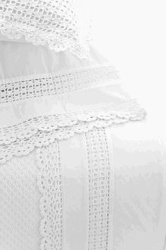 crochet white edge sham Beautiful idea but no pattern. Linens And Lace, White Linens, Linen Bedroom, Crochet Borders, White Cottage, Shades Of White, Crochet Home, Vintage Lace, Creations